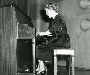 Meri Louhos soittaa pianoa Amerikassa 1960-61.