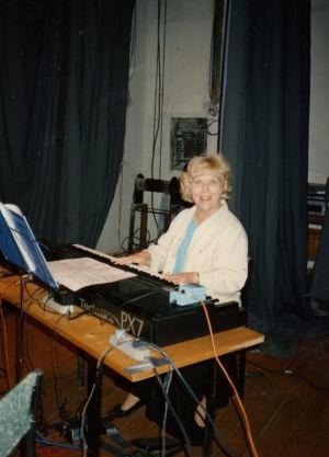 Meri Louhos soittaa sähköpianoa Neuvostoliitossa.