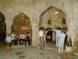 Suomalaismuusikot seraljissa Uzbekistanissa.