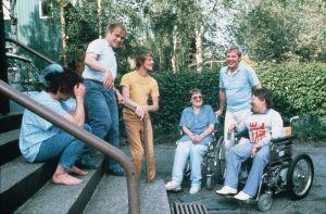 Sisko ja sen veli -sarjan kuvauksissa 1985 mm. näyttelijät Tuija Ernamo (roolinimi Tuija) ja Jykä Pietinen (roolinimi CP-vammainen Hannu Ojutniemi) ja näyttelijä Ilmari Saarelainen (roolinimi Immu)