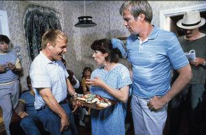 Sisko ja sen veli -sarjassa näyttelijät Jykä Pietinen (roolinimi CP-vammainen Hannu Ojutniemi), Tuija Ernamo (roolinimi Tuija), Ilmari Saarelainen (roolinimi Immu) ja ohjaaja-käsikirjoittaja Neil Hardwick 1985.
