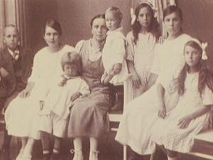 Helvi Leiviskä kuuden sisaruksensa ja äitinsä kanssa.