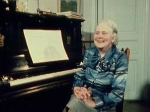Helvi Leiviskä pianonsa ääressä.