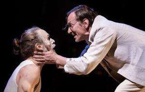 Miro Lopperi (Ivan Karamazov) kohtaa Pirun (Petri Manninen). Kuvassa Ivan polvillaan Pirun edessä.
