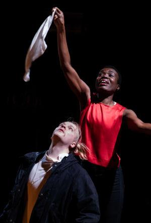 Diana Tenkorangin näyttelemä Grušenka heiluttaa huivia Aleksei Karamazovin (Juho Uusitalon) kasvojen yllä.