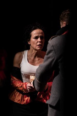 Maria Kuusiluoman näyttelemä Katerina Ivanovana ja hänen aviomiehensä Dmitri Karamazov.