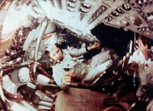 Frank Borman i Apollo 8-kapseln i omloppsbana runt månen.