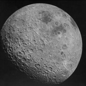 Månens baksida, här fotograferad av Apollo 16.