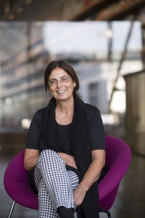 Berliinin taideakatemiassa erityisprojekteja johtava Angela Lammert istuu nojatuolissa.