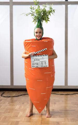 iris Rainio porkkanapuvussa