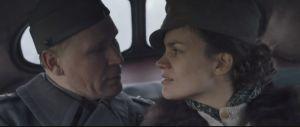 Kiistelty aihe tuntemattomassa sotilaassa: lotta ryhtyy suhteeseen upseerin kanssa.