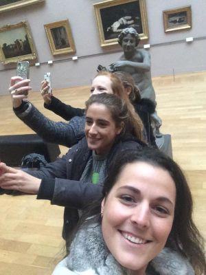 Flickor tar selfier i sal på Palais des Beaux-Arts de Lille.