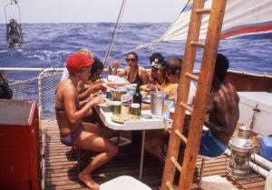 Deltagare i Acali-experimentet äter ombord på flotten.