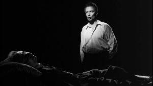 Viktor Sundvall (Toivo Mäkelä) makaa kuolinvuoteellaan ja näkee itsensä takaumana.