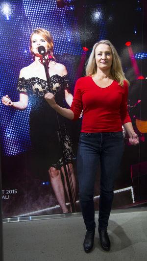 Johanna Pirttilahti taustallaan tangokuningatar Erika Vikmanin kuva