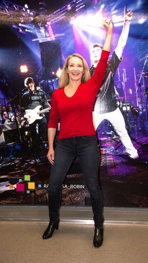 Johanna Pirttilahti tastallaan laulaja Robinin kuva