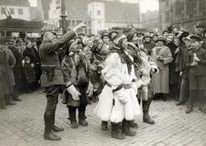 En grupp samer på torget i den tyska staden halle an der Saale år 1925.