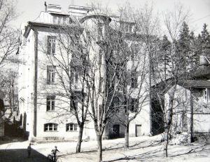 Svartvit bild på jugendhus vid Vårdbergsparken. Jugendhuset revs på 1970-talet.