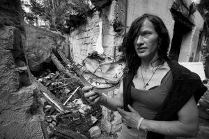 Helena Třeštíkován dokumentin Katka päähenkilö seisoo raunioissa.