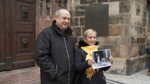 Helena Třeštíkován dokumenti A Marriage Storyn päähenkilöt seisovat kirkon edessä, käsissään vanha vihkikuva.
