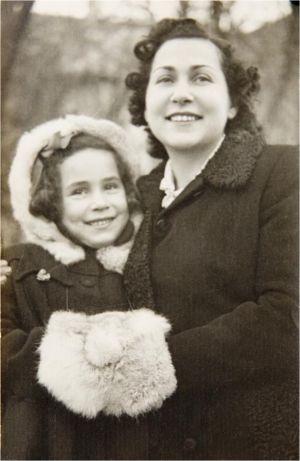 Dina Rajs som barn med sin mamma Lea
