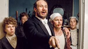 Aktivistit-sarjan näyttelijät seisovat vieretysten ja katsovat ihmeissään huoneen toiselle puolelle.