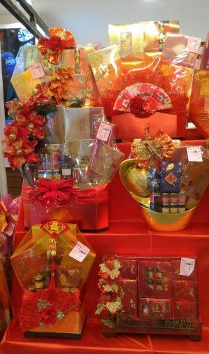 Kinesiska nyårskorgar fulla med lyxmat står på rad.