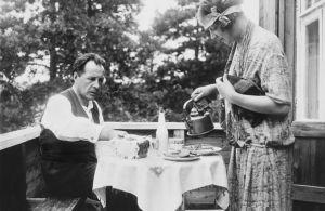 Säveltäjä Leevi Madetoja ja kirjailija L. Onerva kahvilla kotonaan 1920-luvulla.