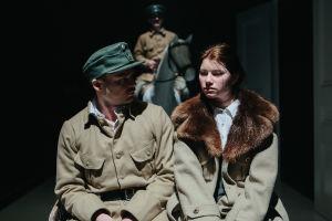 Hevosen selässä taka-alalla majuri Ero Gadolinia näyttelevä Robin Svartström, edessä hevoskärryillä Harriet Thesleff ja Olof Lagus, joita näyttelevät Roosa Södeholm ja Pyry Nikkilä.