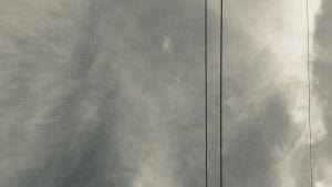 sähkölinjat taivasta vasten