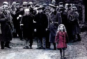 Kohtaus elokuvasta Schindlerin lista: Juutalaisia natsien vartioimina