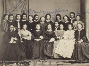Jyväskylän seminaarin naisopiskelijoita 1863 - 1865. Minna Canth alarivi, kolmas vasemmalta