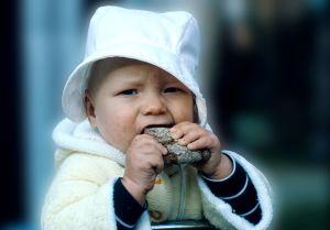 Lapsi syö leipää. Vauva. Elintarvikkeet. Ruoka. Leipä, leipäpala, leivänpala.
