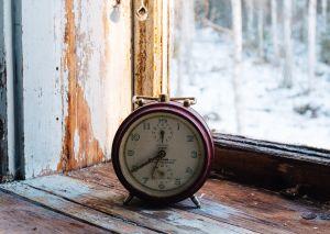 kello ikkunalaudalla