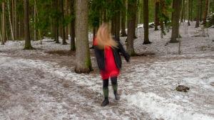 nainen metsätiellä