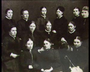 """Kuopion """"naisintelligenssi"""" ryhmäkuvassa. Minna Canth ylärivi, toinen vasemmalta"""