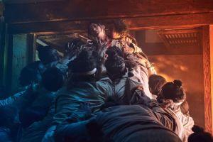 Zombit hyökkäävät tv-sarjassa Kingdom