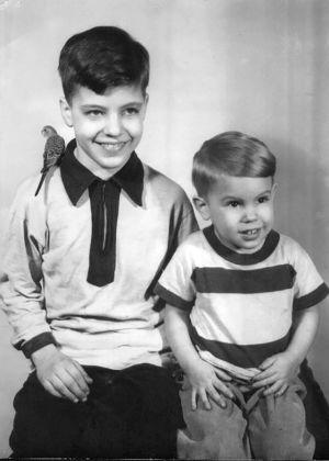 En svartvit bild av två små pojkar.