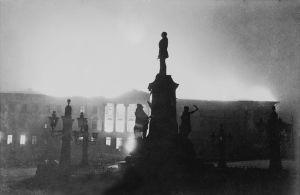 Helsingin yliopiston päärakennus helmikuun pommituksessa 1944.