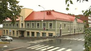 Minna Canthin kotitalo. Vihreä talo, punaisella katolla.