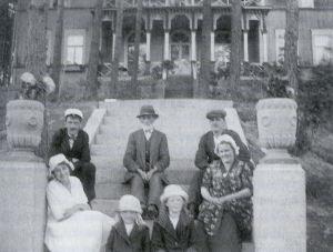 Oskar Rokkasen perhe Antrean huvilalla noin 1920.