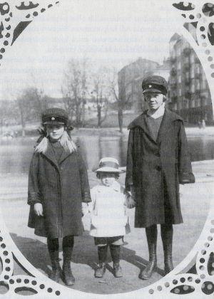 Mirjam Rokkanen ja pikkusisko Elbe ja pikkuveli Lauri.