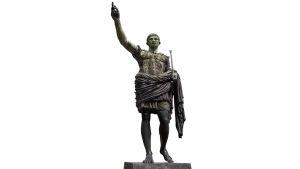 Julius Caesarin patsas, jossa hän tervehtii kansaa käsi pystyssä.