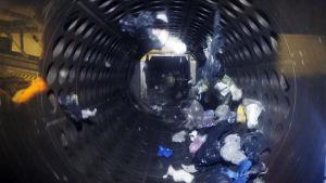 Muovijäte pyörii muovinkäsittelylaitoksen prosessissa.