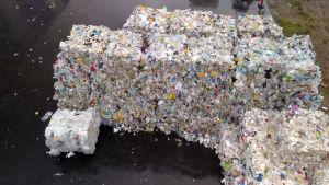 Muovipaaleja muovinkäsittelylaitoksen pihamaalla.