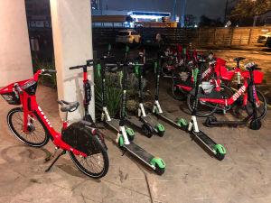 Olika färgade elektriska sparkcyklar står parkerade i Austin i Texas.