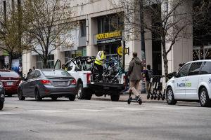 Elektriska sparkcyklar transporteras med pickup i Austin i Texas.