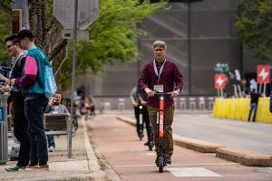 Person åker med sparkcykel på en cykelväg i Austin.