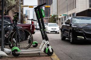 Elektriska sparkcyklar på en trottoar i Austin.
