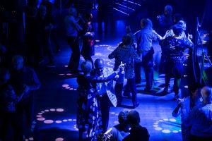 Tanssivia ihmisiä laivan yökerhossa